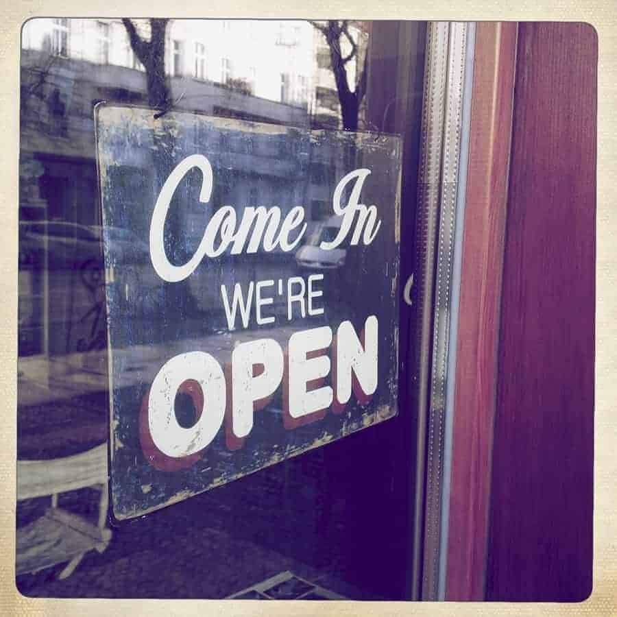 Come in, we are open sign (SMART Collection © Westend61 / Michael Zwahlen)