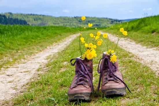 Wanderschuhe ersetzen symbolisch einen Menschen